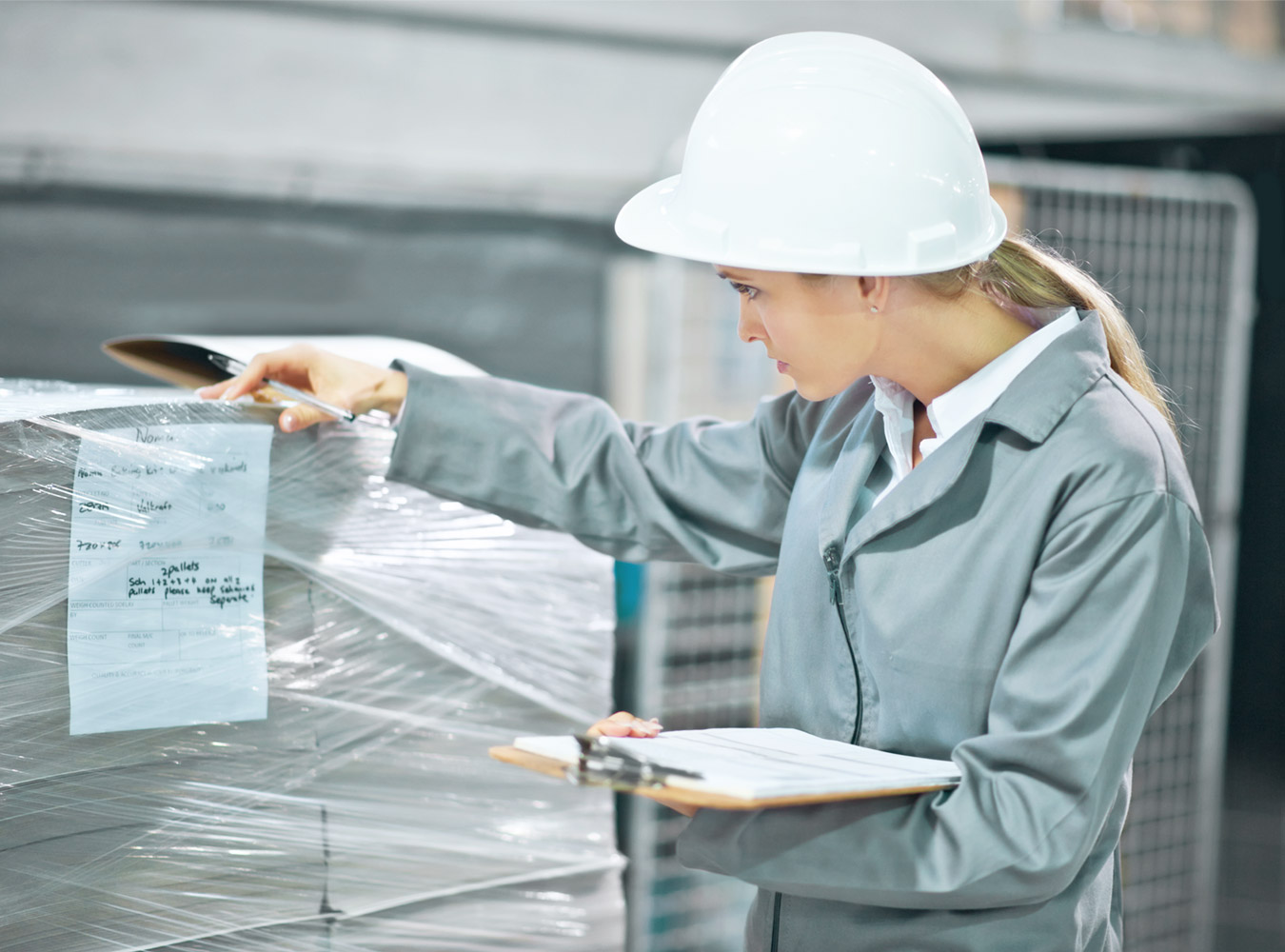 Logistics 4 Pharma - Expertise - Quality - Preview; woman controls the goods