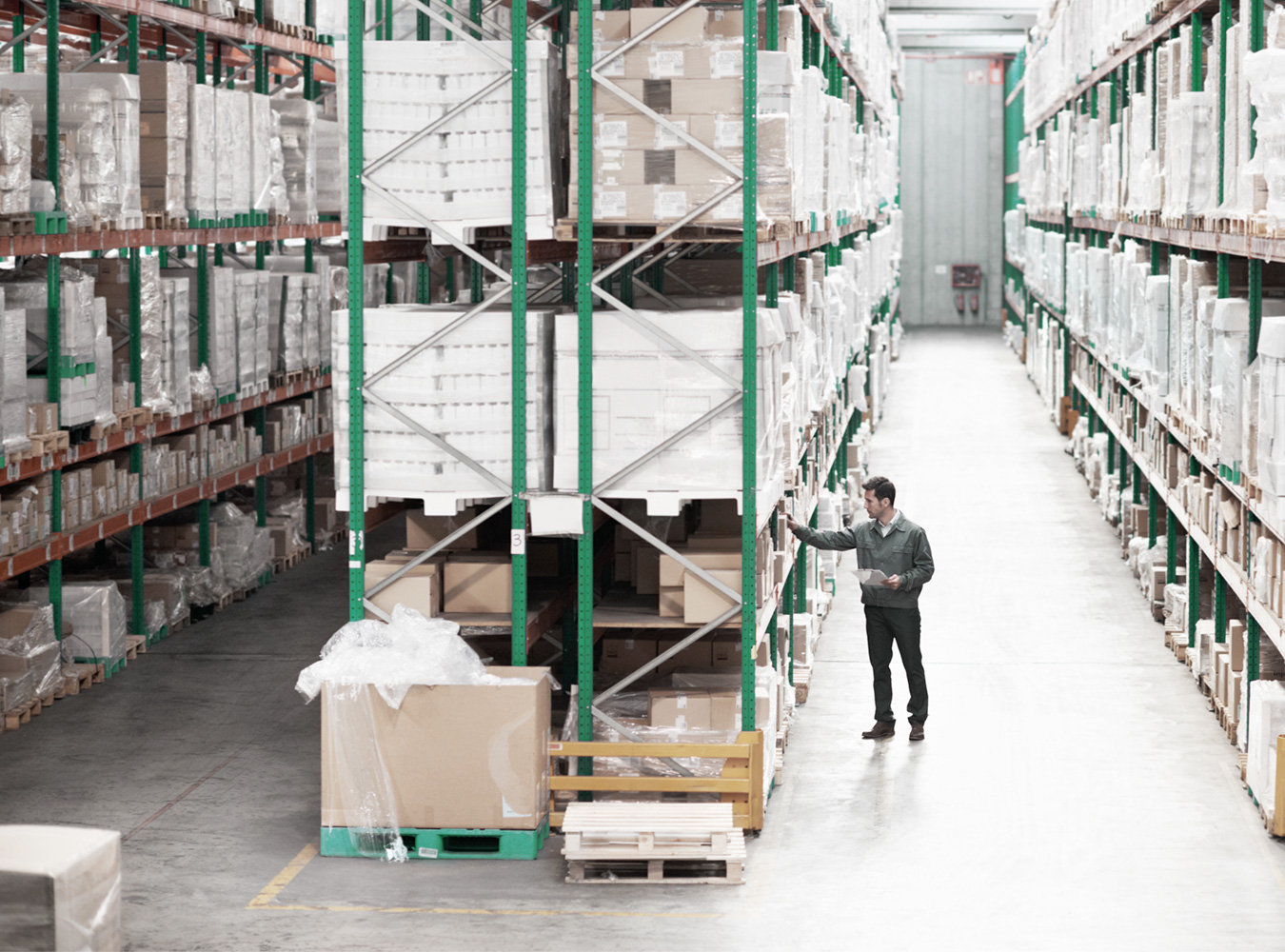 Logistics 4 Pharma - Expertise - Quality - Storage; man in a storage
