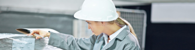 Logistics 4 Pharma - Expertise - Quality; woman controls the goods